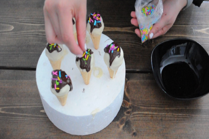 how to make, cake pops, cake pop cones, cute idea, home baker, love to bake, easy cake pops, summer party idea, montrealer, montreal blogger, montreal vlogger, follow the sprinkles
